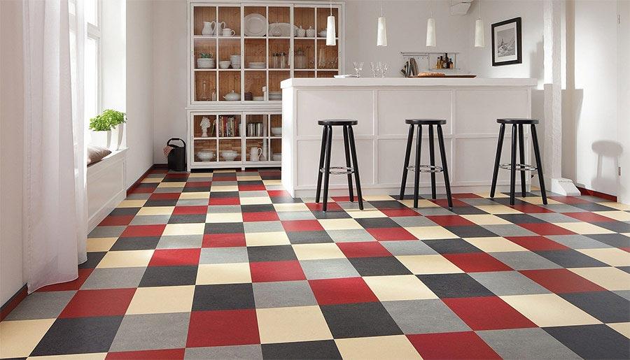 Marmoleum click ve vzoru barevné designové šachovnice oživí každý interiér.